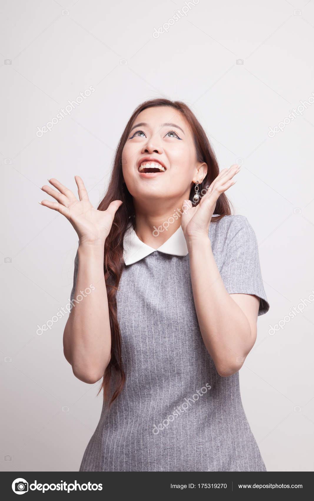 Heyecanlı Genç Asyalı Kadın Aramak Stok Foto Halfbottle 175319270