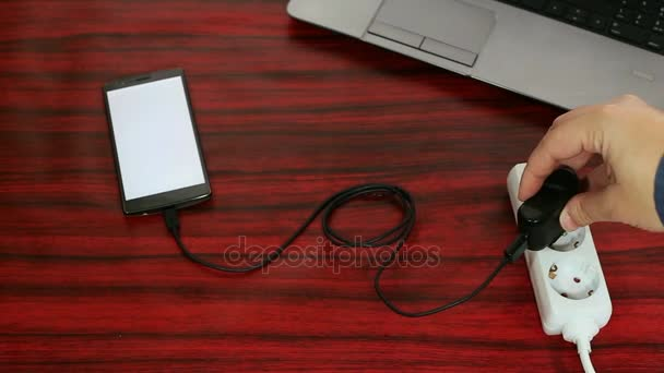 Telefon csatlakoztatva elektromos aljzat elosztó kábel és adapter.