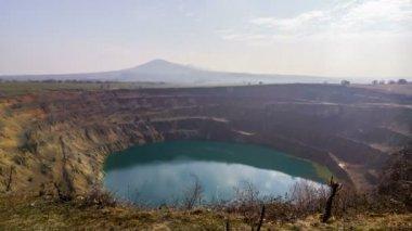 Časová prodleva umělé jezero na opuštěný důl kráter