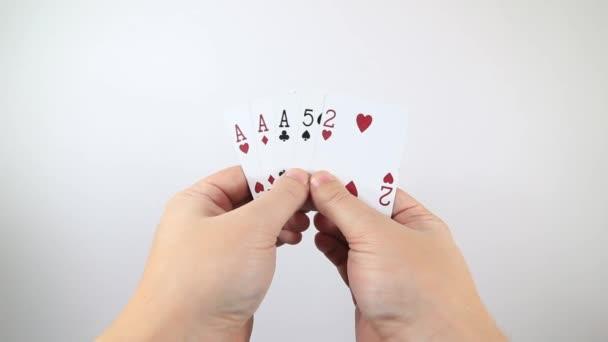 PoV záběr osoby držící 5 hracích karet a vyměňující si jednu. Poker hazard koncept.