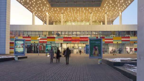 Ingresso centrale shopping centro intrattenimento sera lampade