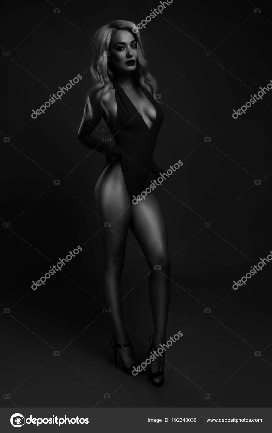 Красивые девушки в купальниках черно белые картинки #15