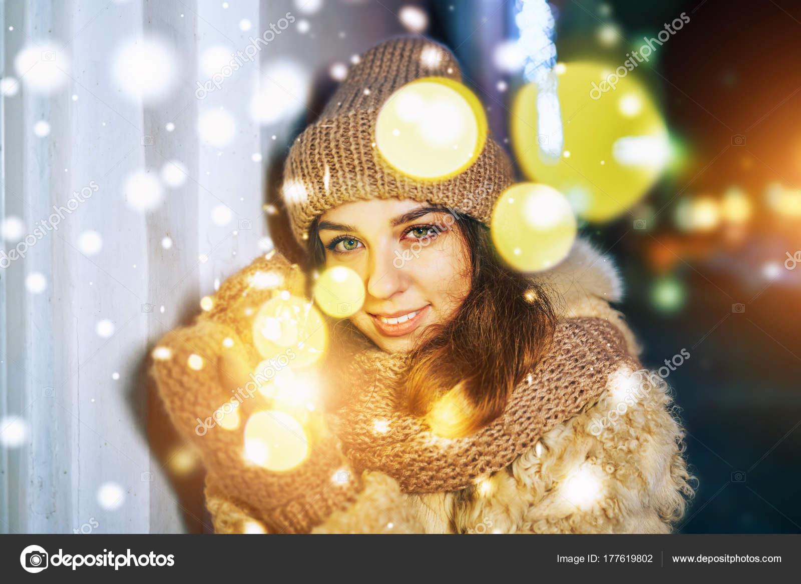 Outdoor Portret Van Lachende Meisje Gebreide Muts Met