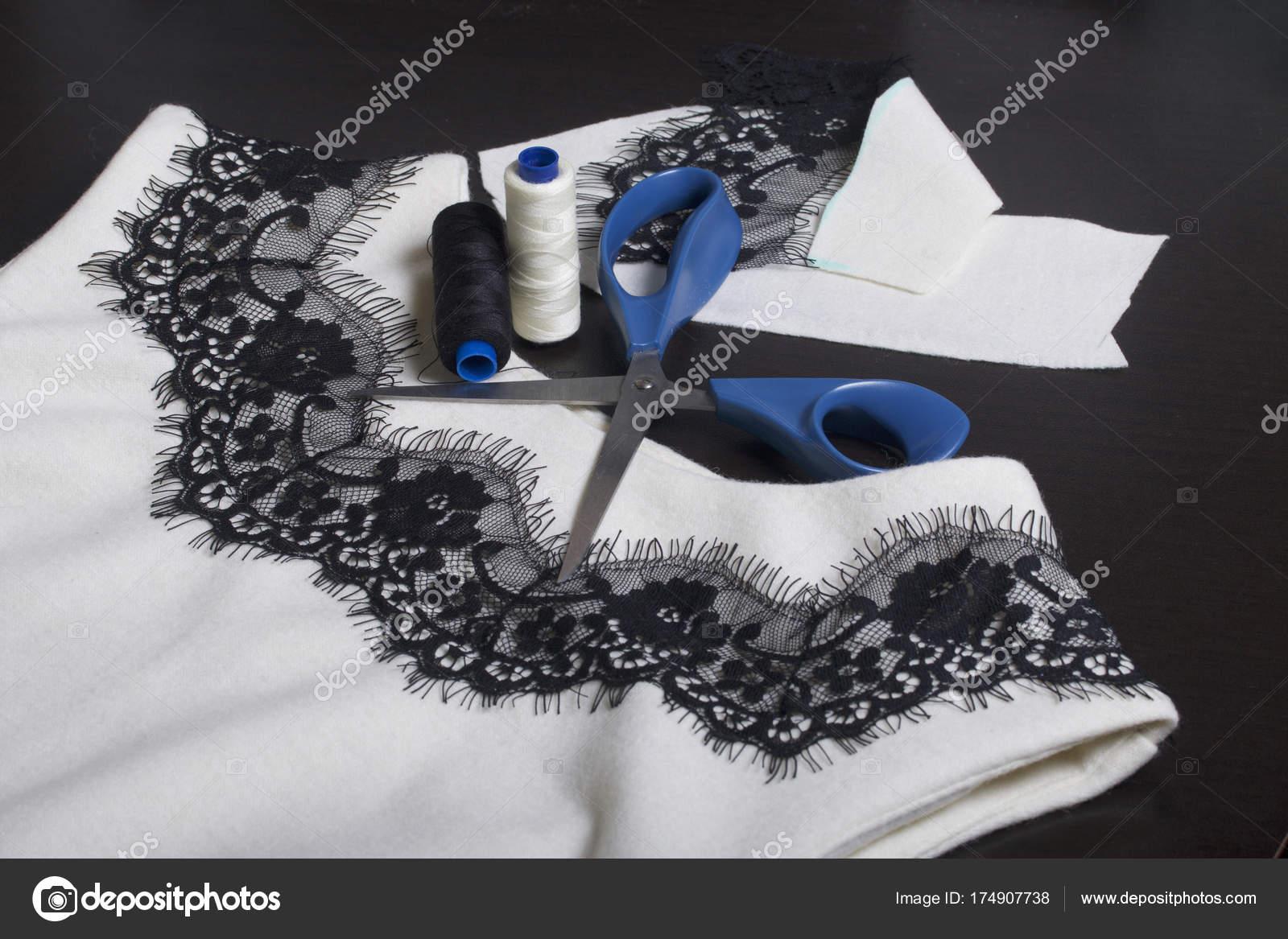 Ist Kleid Ein Weißes Nähen Dunklen Und DressingAuf Oberfläche Der lFK1cTJ