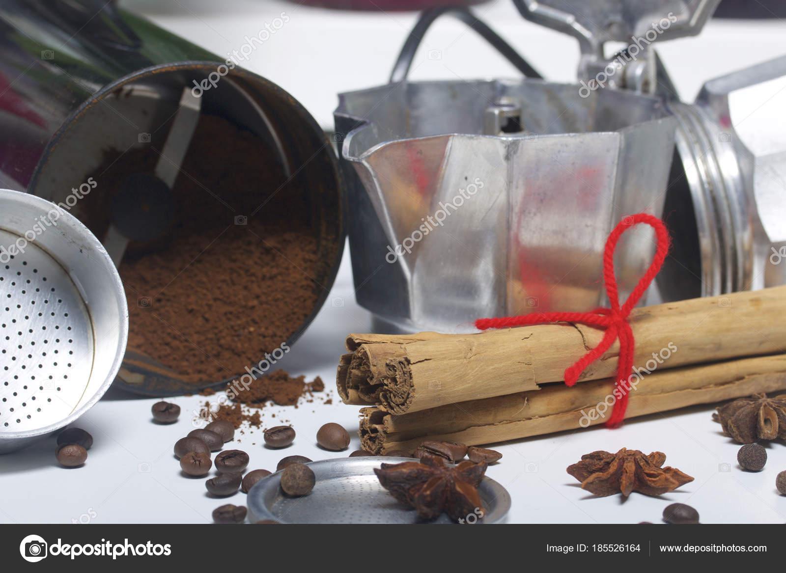 Una macchina di geyser caffè smontate è sul tavolo. È caffè macinato ...