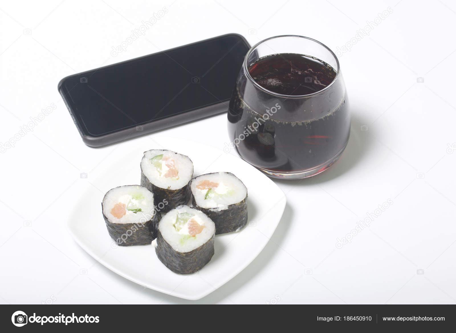 Cerveja e sushi. Fique perto do smartphone. O descanso com comida e on