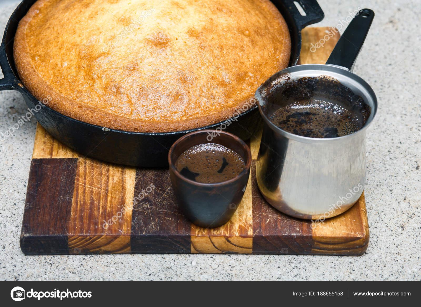Hausgemachte Kuchen In Einer Pfanne Erhitzen Und Kaffee Auf Einer