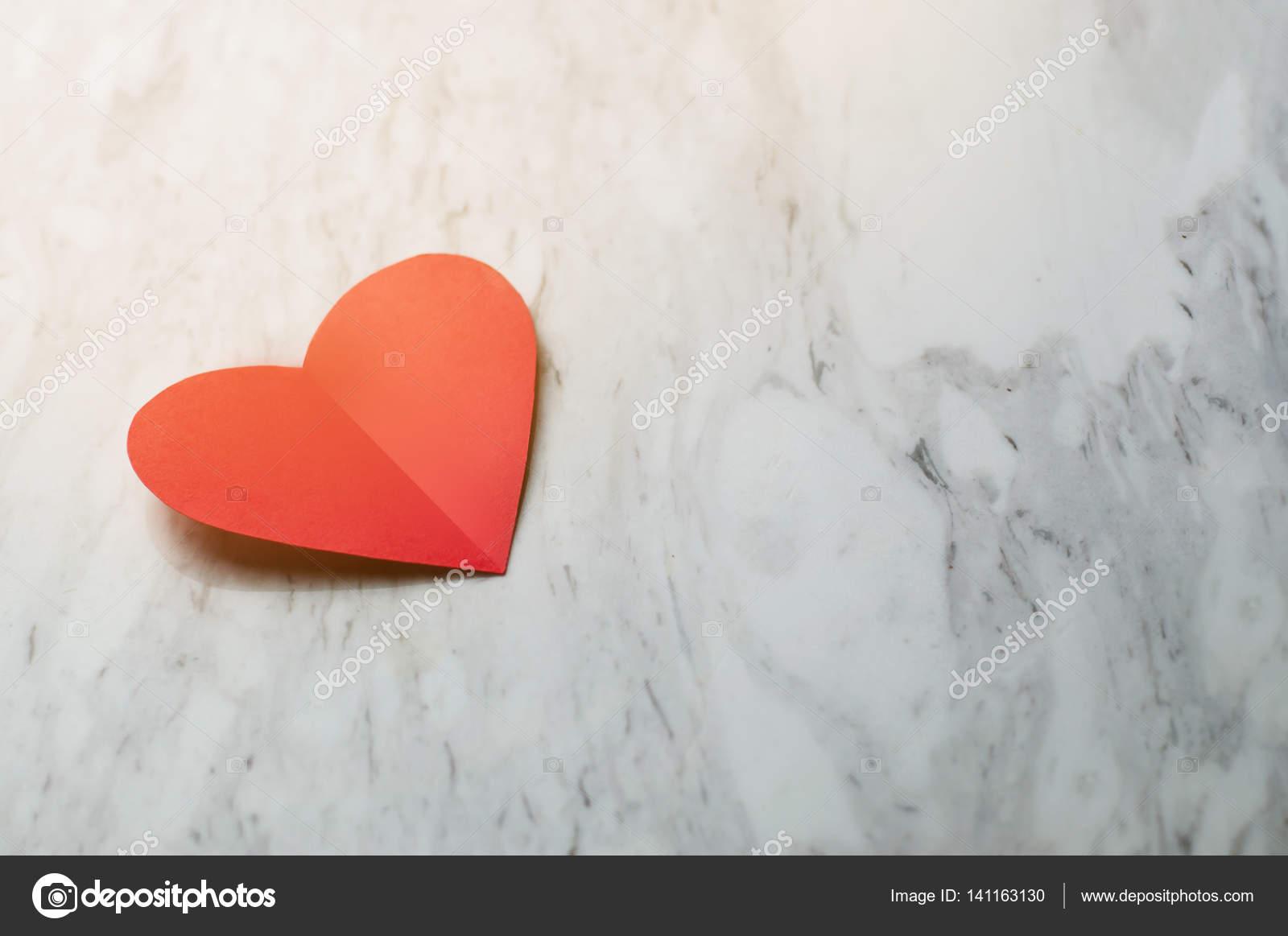 Cuore Rosso Su Sfondo Bianco Marmo Foto Stock Eggeeggjiew