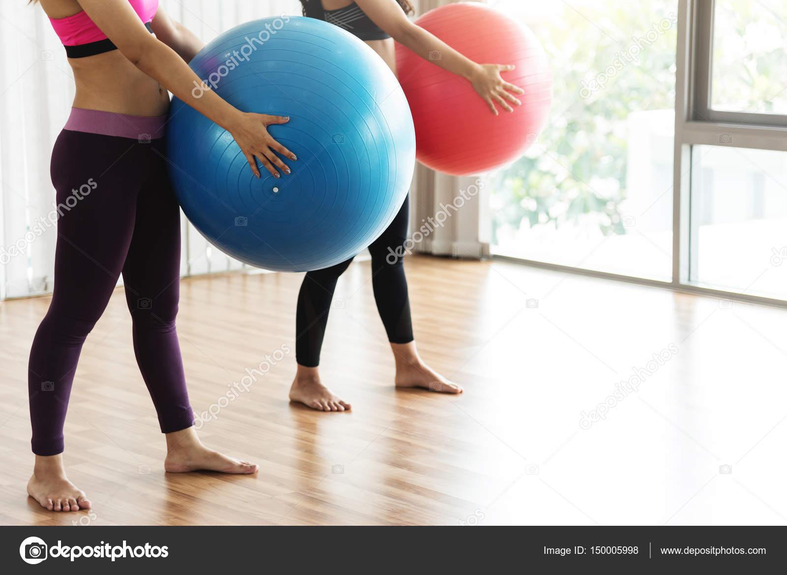 Grupo asiatico practicando yoga con bola de la yoga. Copia espacio. H —  Fotos 8d95b1e2fa5d