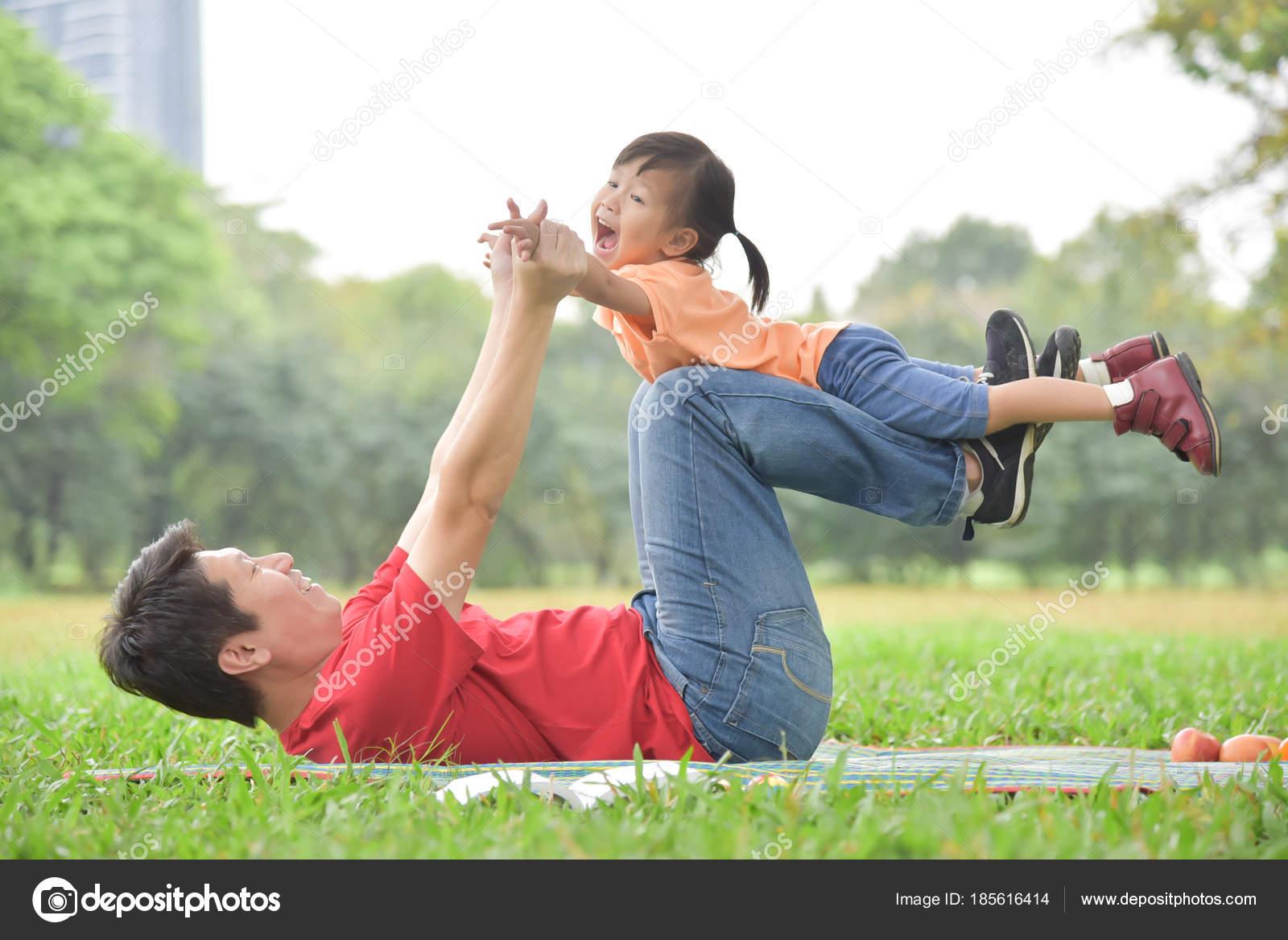 Японские шоу отец и дочь онлайн, Японское порно шоу отец должен отгадать дочь 15 фотография