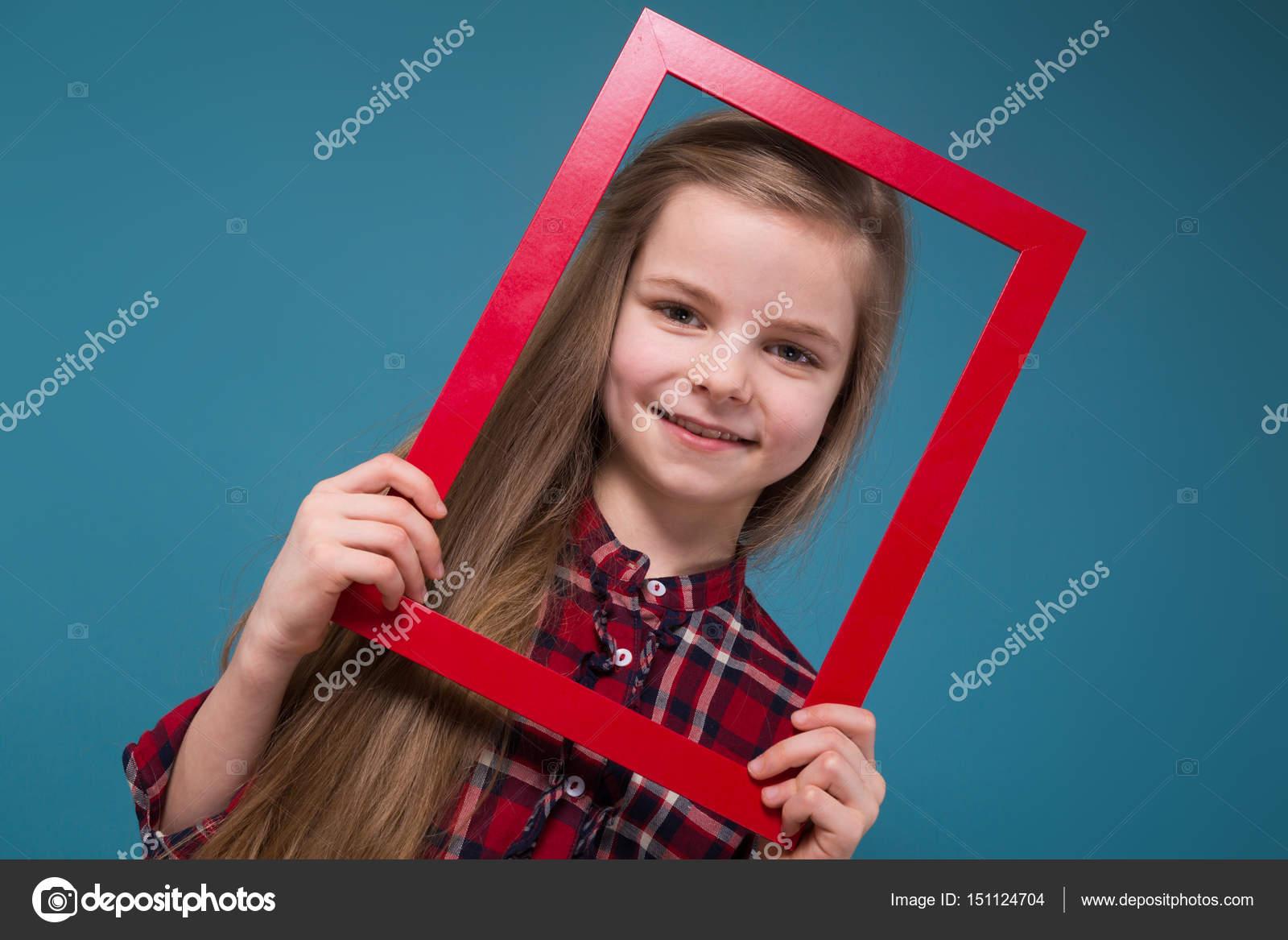 Wenig Schnitt Mädchen mit Fotorahmen — Stockfoto © fotoevent.stock ...