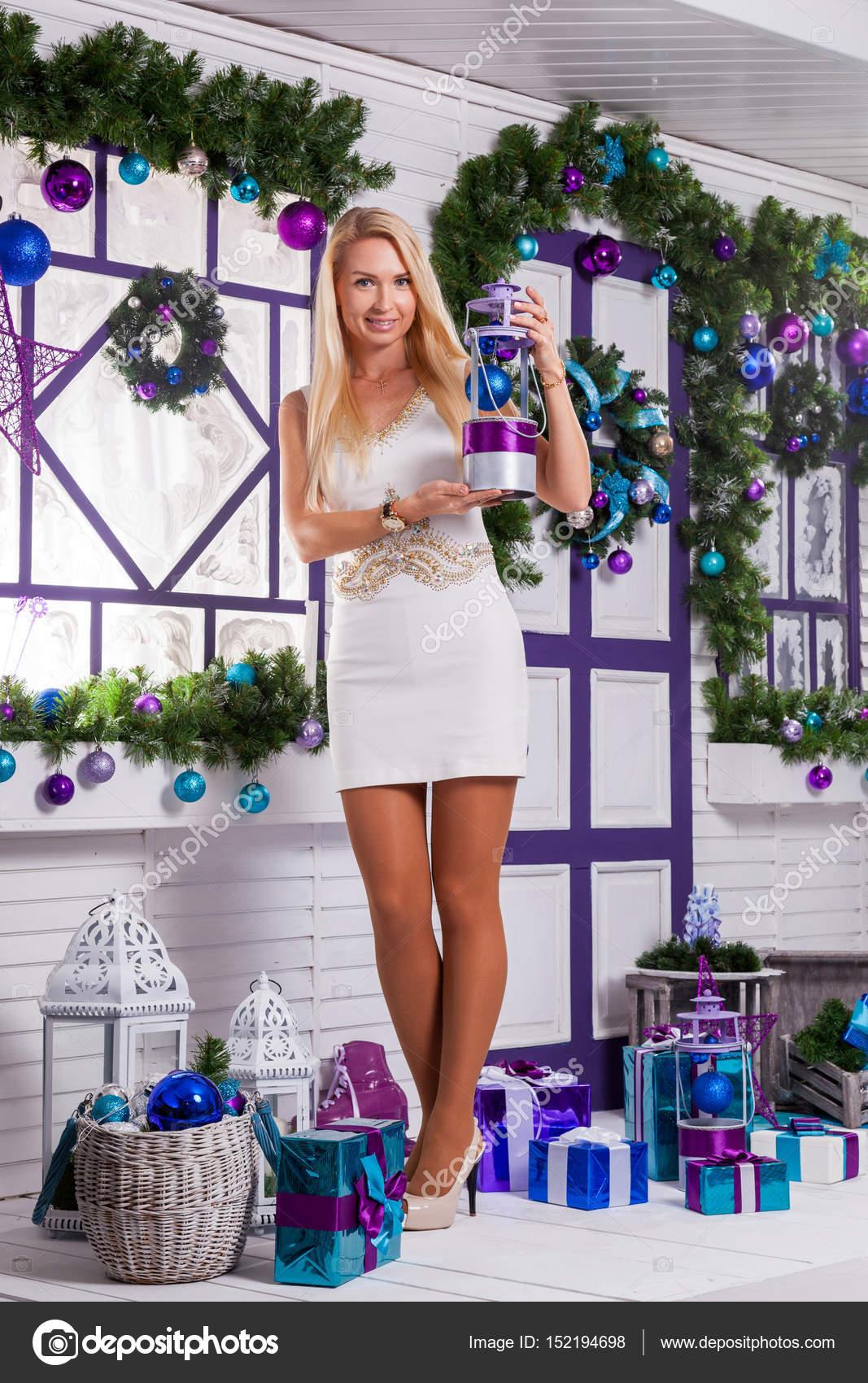 Mujer Rubia Con Farol De Navidad Foto De Stock Fotoevent