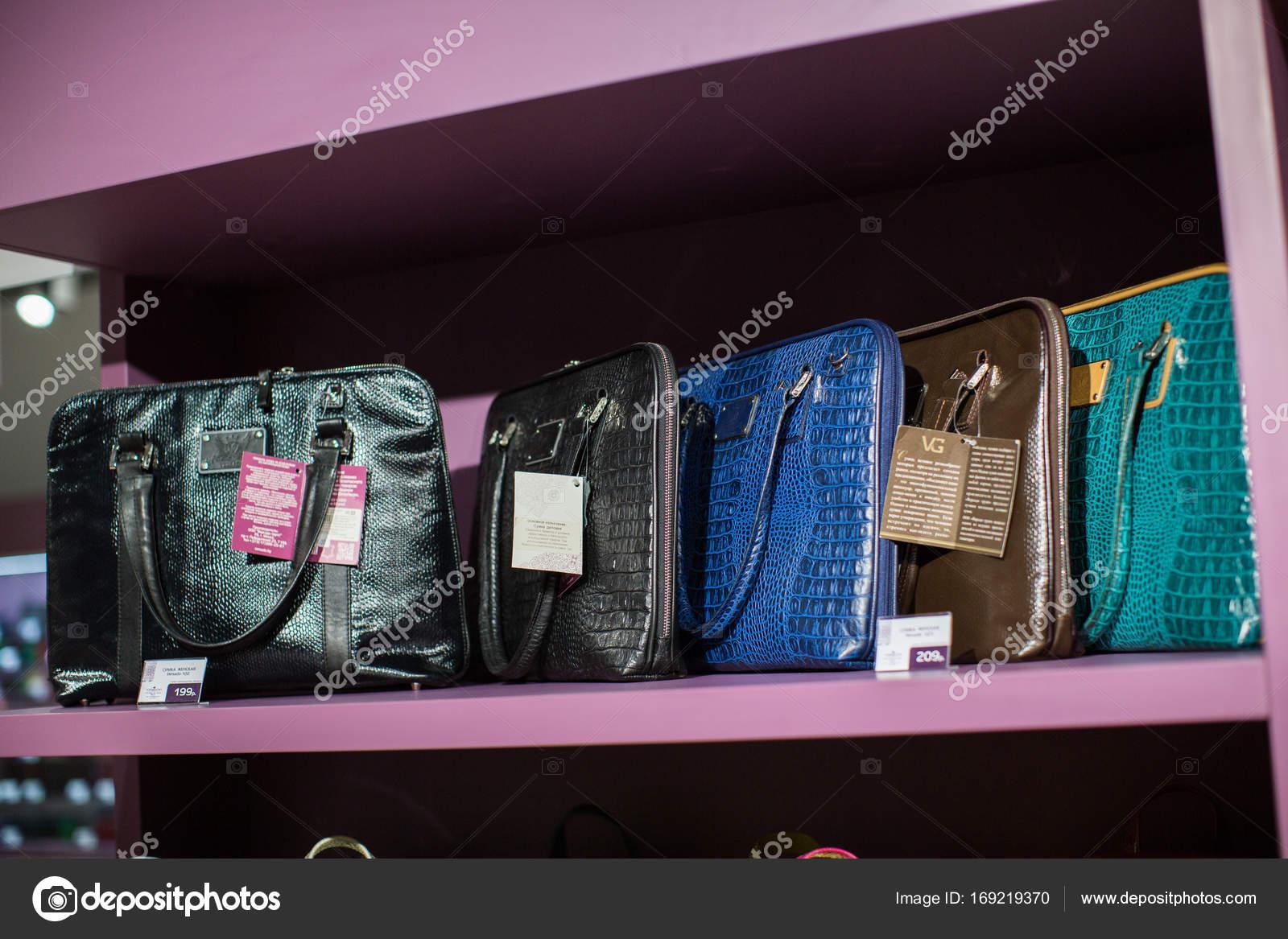 86ab56273b Δερμάτινες τσάντες και αξεσουάρ για την πώληση σε βιτρίνα καταστήματος —  Εικόνα από fotoevent.stock