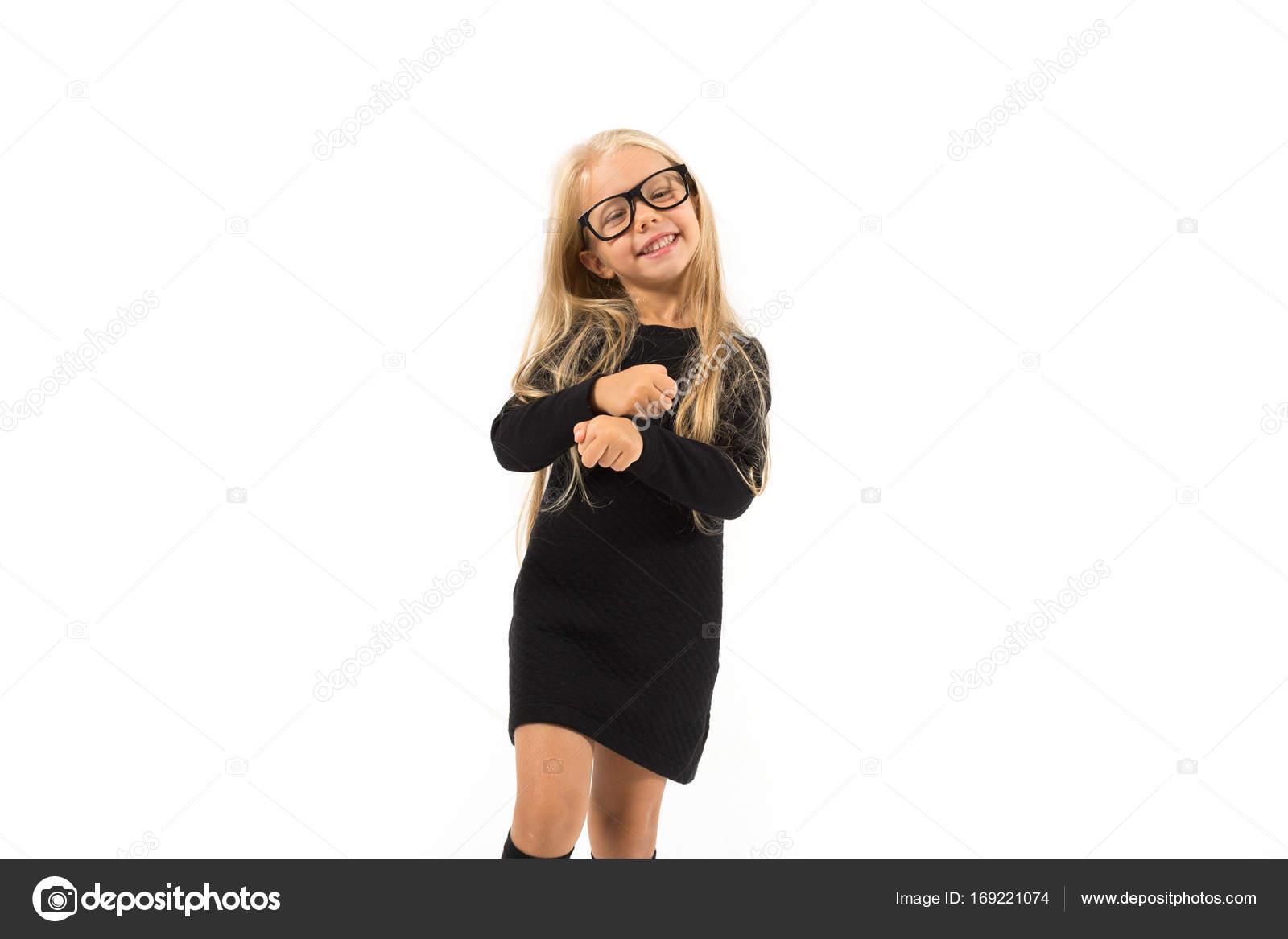 blondinka-v-belih-tuflyah-hudenkaya-bryunetka-delaet