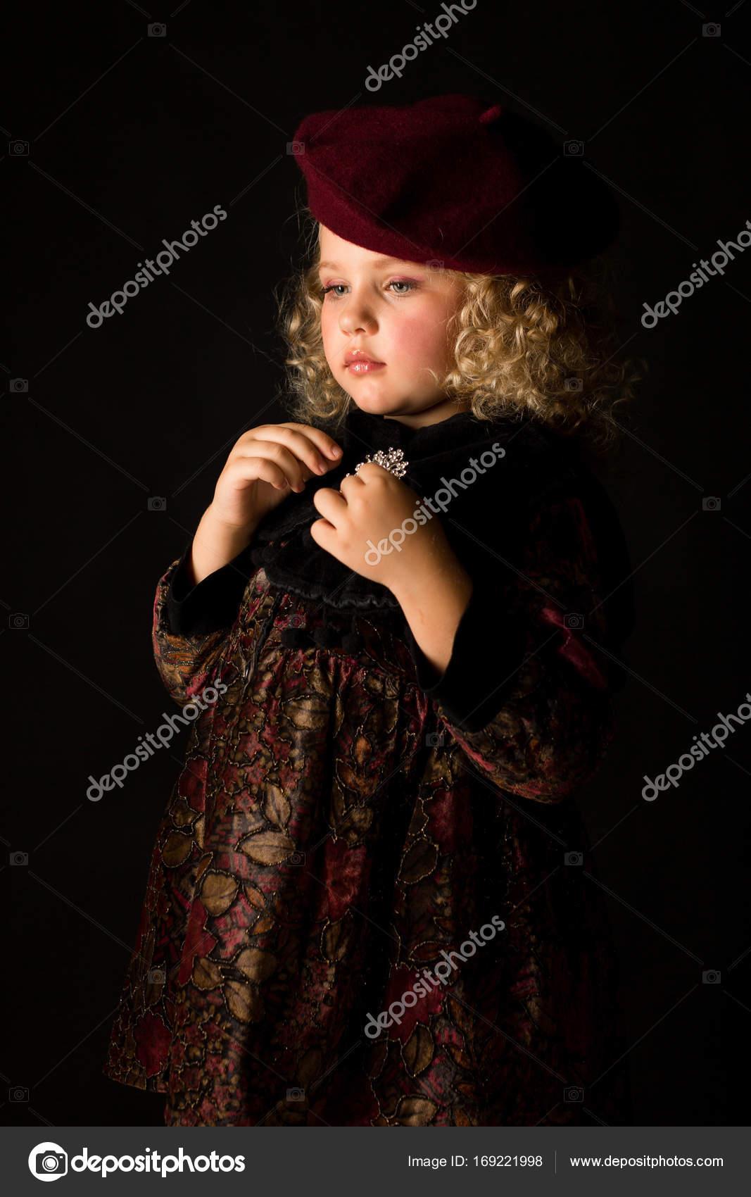Niña en vestido marrón de la vendimia — Fotos de Stock © fotoevent ... e02019ddd2e