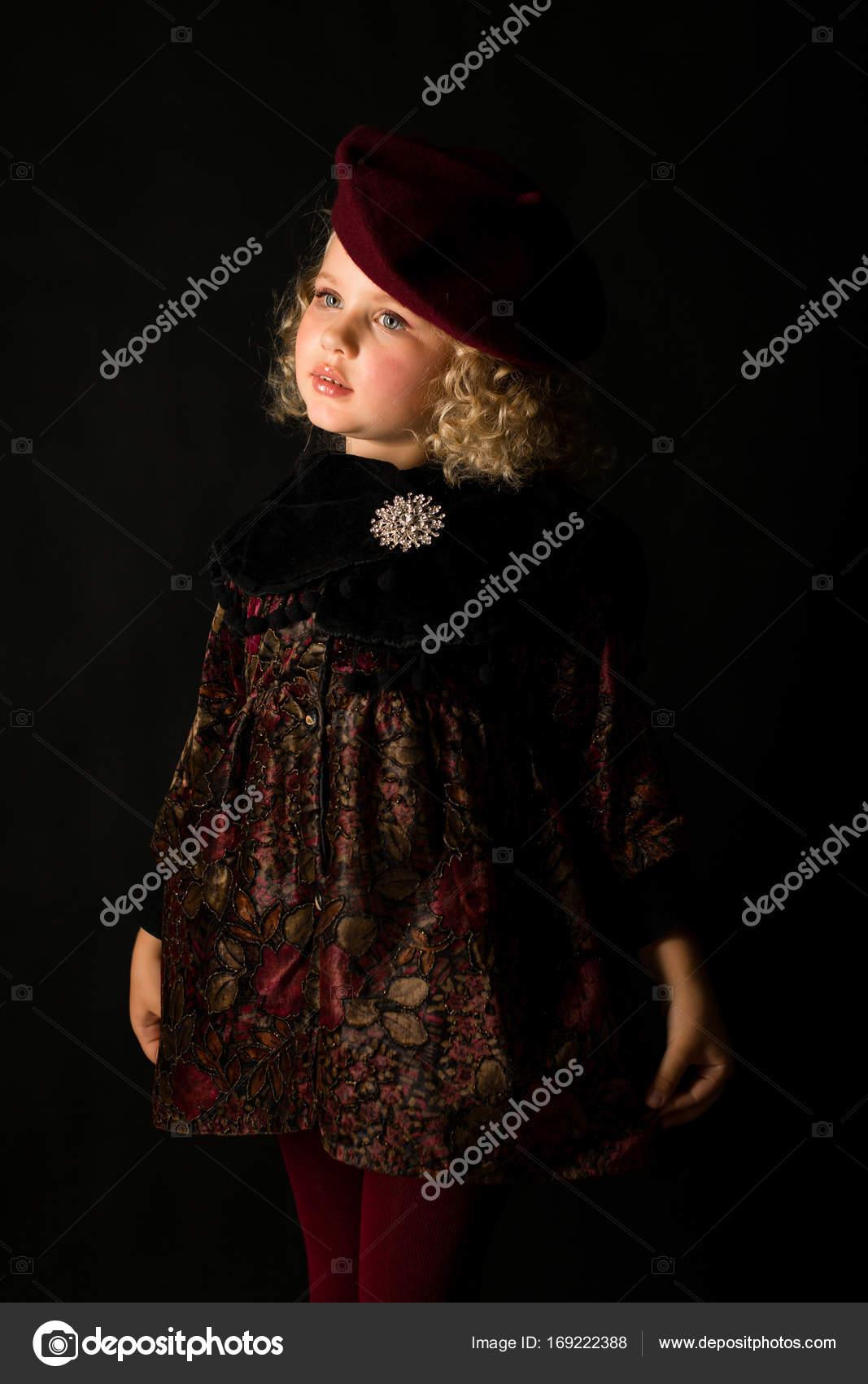 Niña en vestido marrón de la vendimia — Foto de stock © fotoevent ... 246eb8d0878