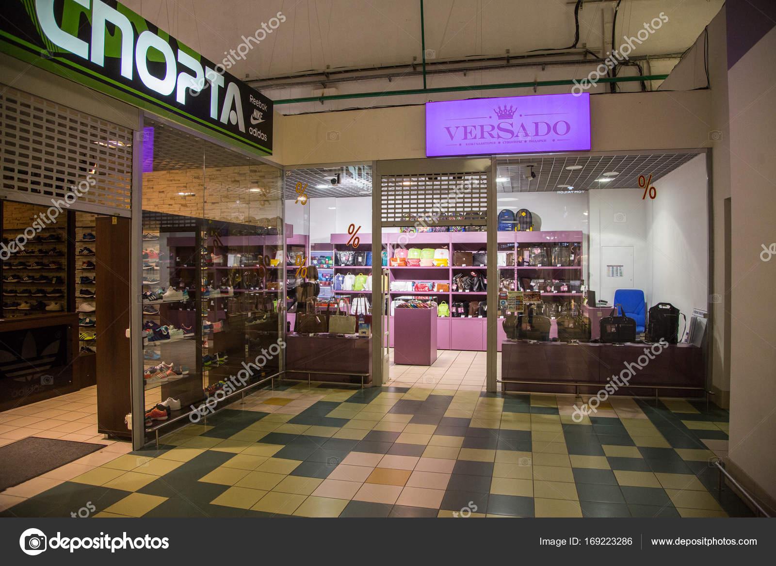 7669c14a0 Bolsos de cuero y accesorios a la venta en el escaparate de la tienda —  Foto de ...