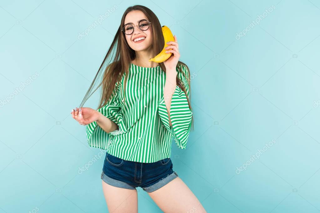 Девушка играет с бананом онлайн видео