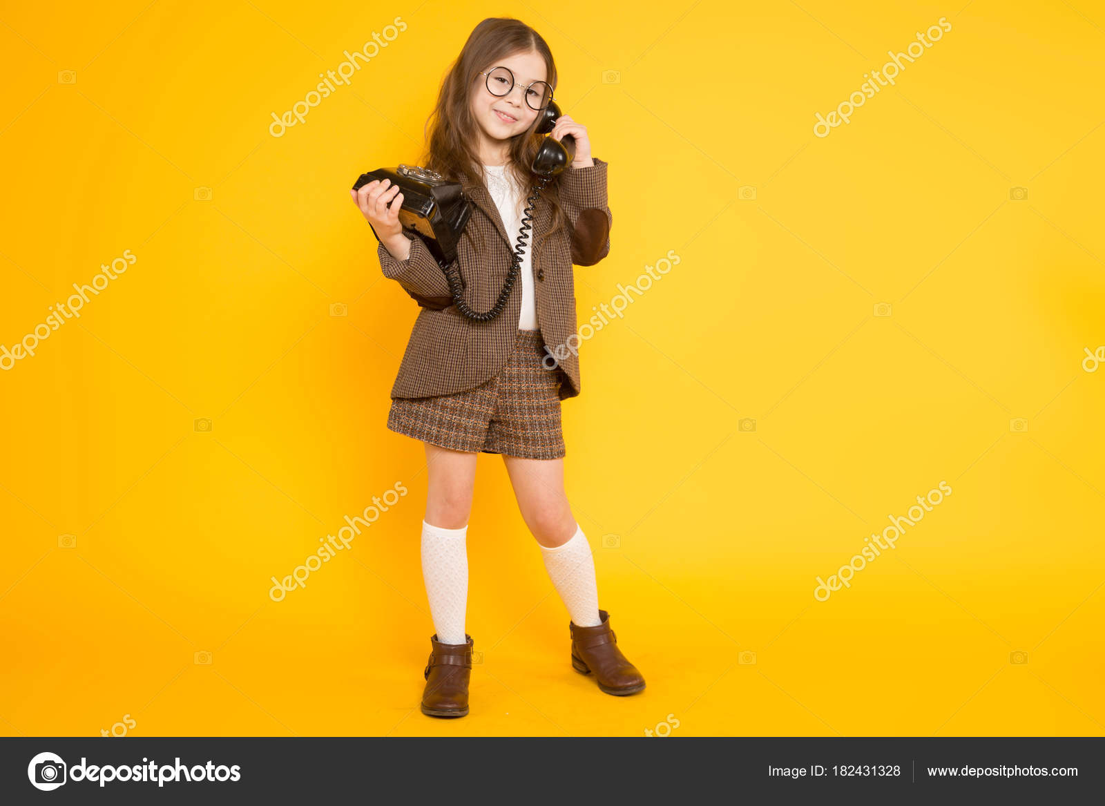 f8de0f3fd2b Χαριτωμένο Μικρό Κορίτσι Μελαχρινή Μιλάμε Για Παλιό Τηλέφωνο Κίτρινο Φόντο  — Φωτογραφία Αρχείου