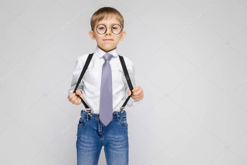 мальчик в белой рубашке урок
