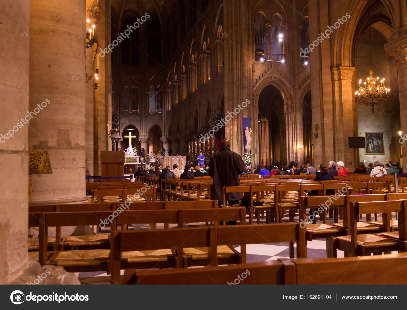 de christianisme religieux la cathdrale notre dame de paris france intrieures frquents par les touristes pendant la messe image de igordabari