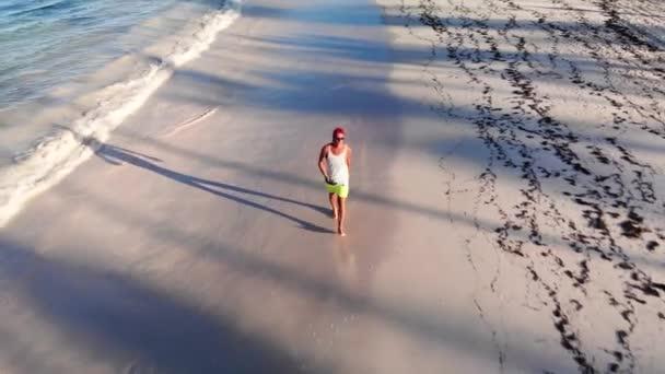 A sportember jól érzi magát a trópusi Karib-tenger partján. Utazás tengeri háttér Atlanti-óceán