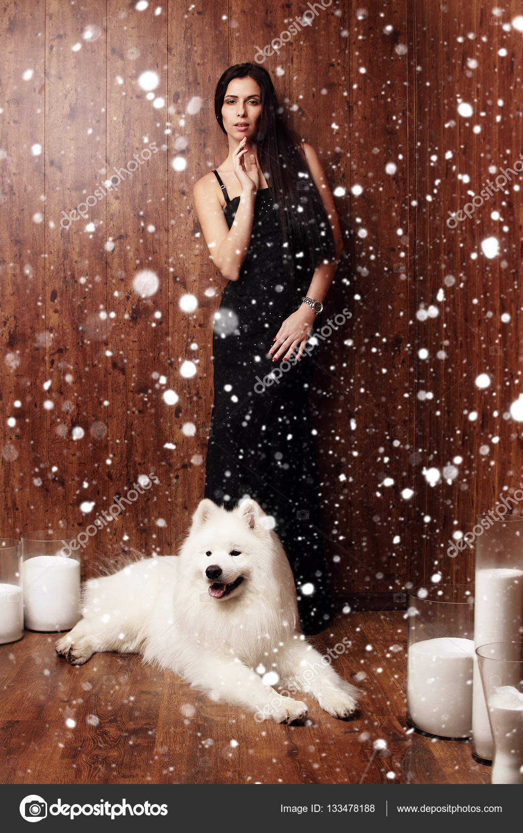 schöne Brünette junge Frau langes schwarzes Kleid mit einem Schnee ...