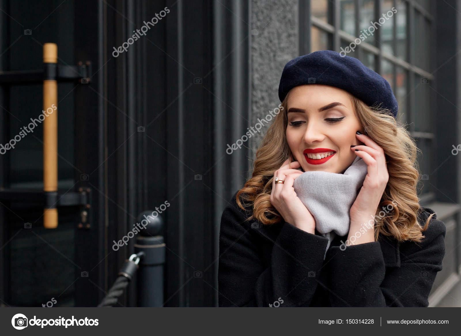 346029f9c443 Φωτογραφία δρόμου νεαρή όμορφη γυναίκα που φοράει μοντέρνα κλασικά ρούχα — Φωτογραφία  Αρχείου
