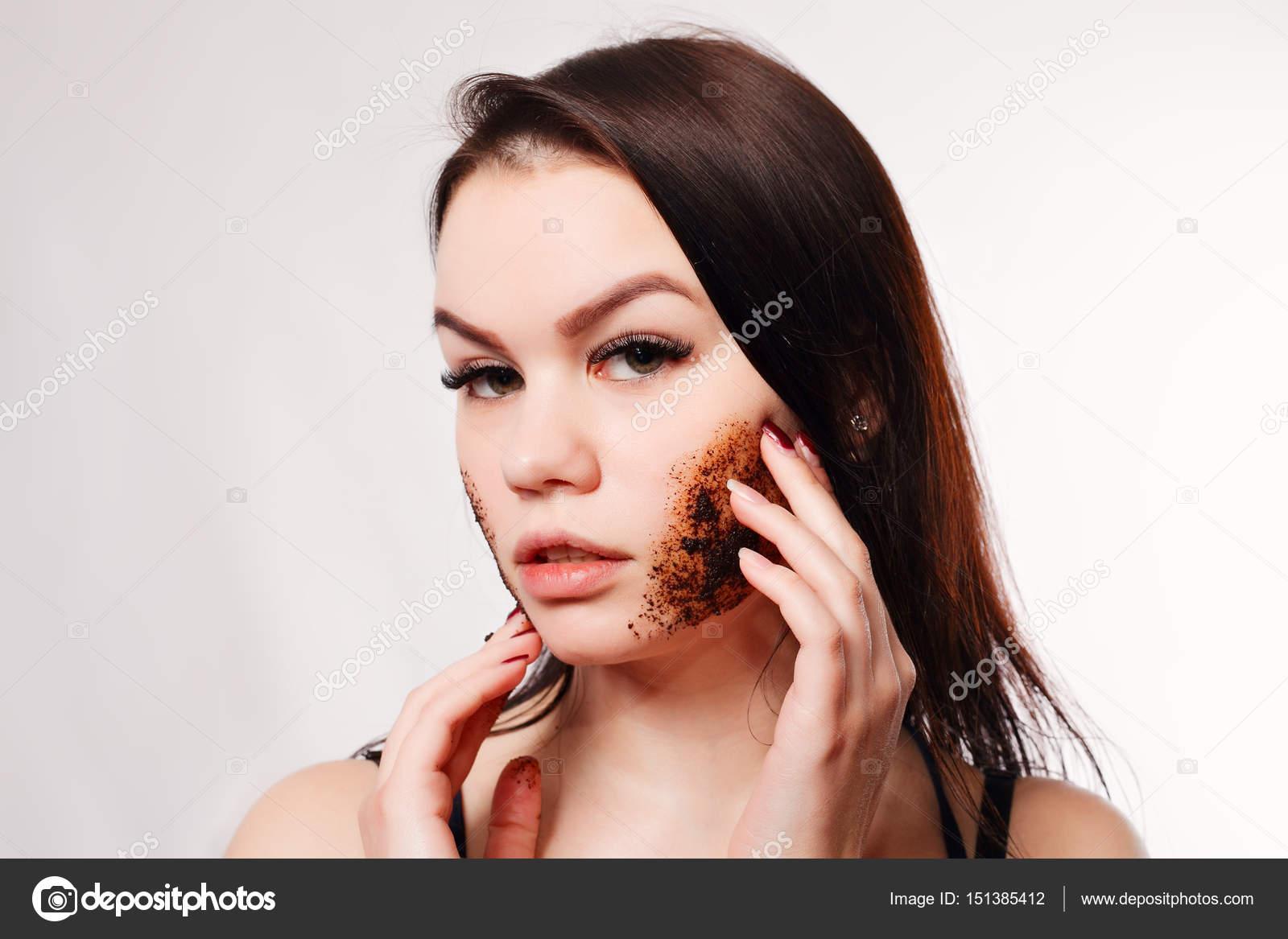 v-kozhe-bryunetka