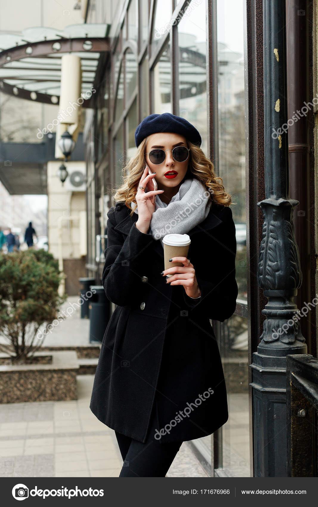 342d4f0838f3 Φωτογραφία δρόμου νεαρή όμορφη γυναίκα που φοράει μοντέρνα κλασικά ρούχα —  Φωτογραφία Αρχείου