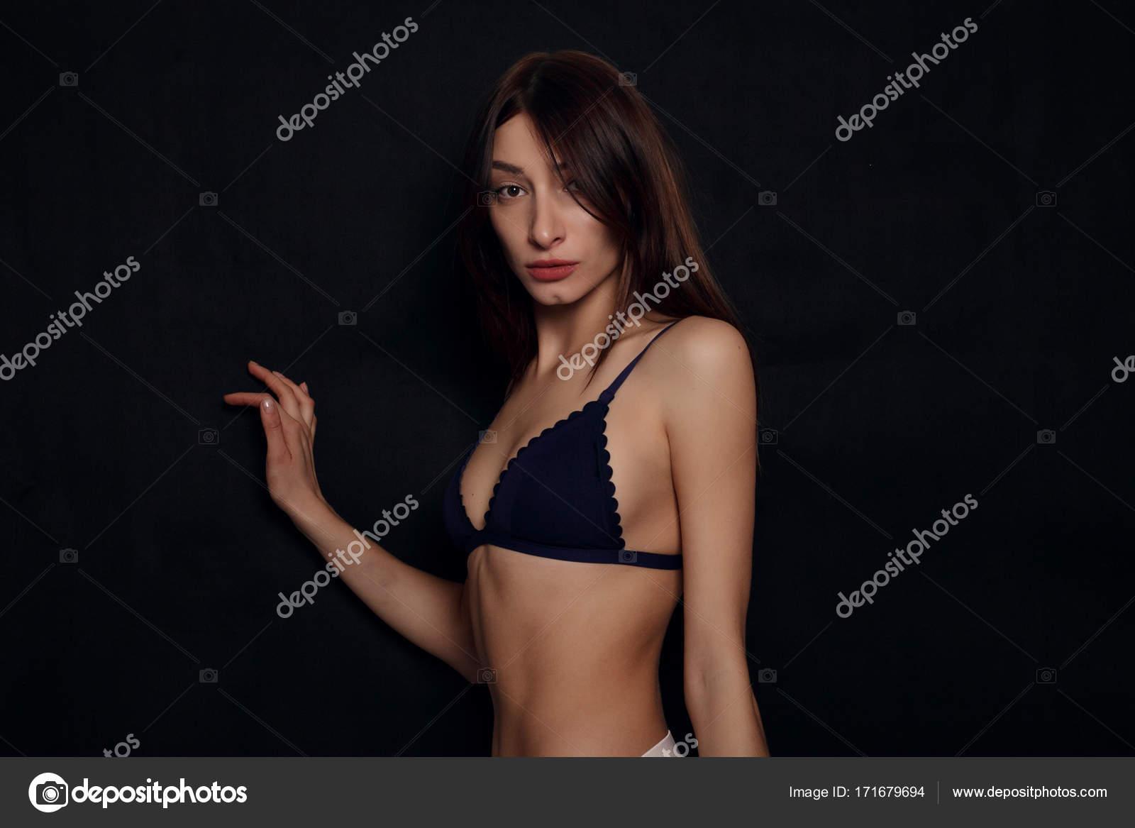 Сексуальная девочка с красивой грудью