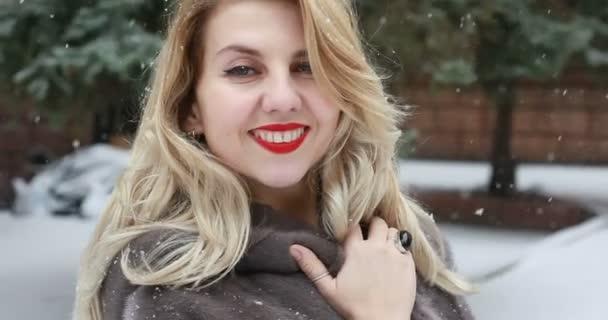 Happy krásná žena v neformálním stylu, zatímco sněží na pěkné náměstí v zimním období. portrét atraktivní krása bruneta eleganci tvář modelu venkovní krásné stylu. Portrét shot