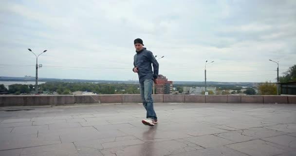 művészet, tánc, életmód, emberek, 4 k koncepció - breakdancerről az utcán. Aktív fiatal férfi tánc break dance, hip-hop stílus a város
