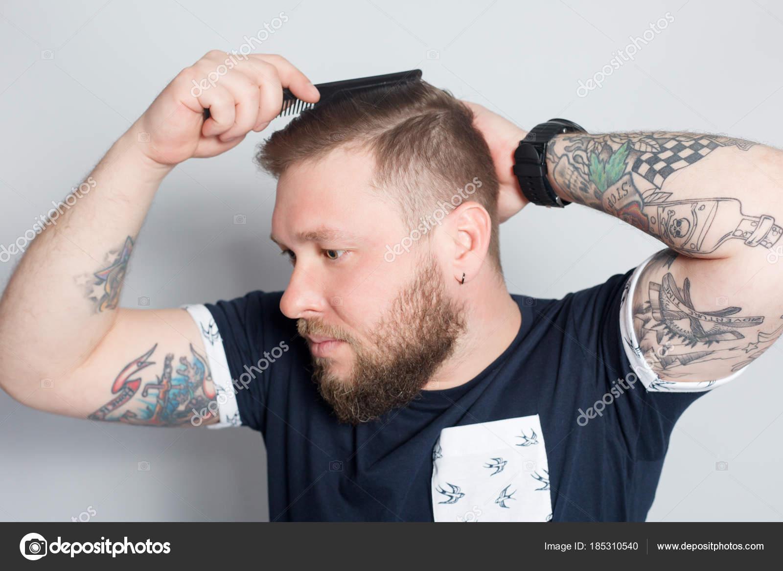 Chico barba brutal con tatuaje — Foto de stock © Whiteshoes911 ... 9c5ef0f10d4