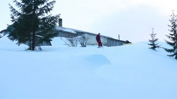 portrét detailní cool hezký muž mladý snowboardista mimo zimní lyžařské středisko hledá fotoaparát veselý úsměv modré oči helma činnost sport životní styl extrémní muž osoba hory lyžování lidé.