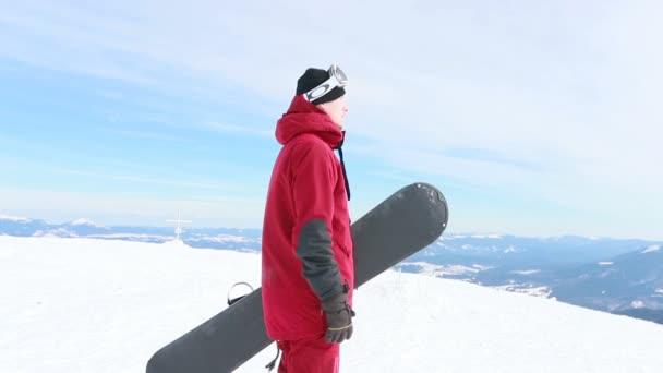 portrét detailní cool hezký muž mladý snowboardista mimo zimní lyžařské středisko hledá fotoaparát veselý úsměv modré oči helma činnost sport životní styl extrémní muž osoba hory lyžování lidé