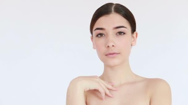 Zpomalený pohyb ženy s krásnou tváří a perfektní pletí právě očištěný od nečistot hýčkat jemně prsty. Koncepce péče o pleť video, dotýkání pleti, koncepce pleti video. 4K, zpomalený pohyb