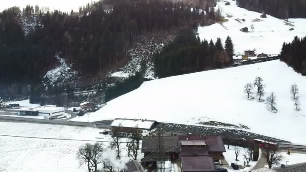 bezpilotní záběry z nádherné zimní vesnice Ischgl v Rakousku. Létání nad krásou ve zasněžené vesnici