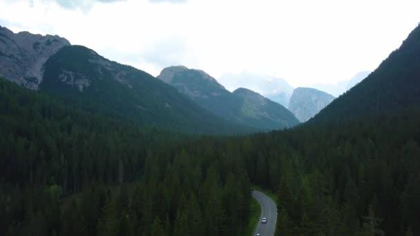 Přesouváme se k lesnímu jezeru a horskému údolí se slunečními erupcemi za letního dne. Evropa Itálie Alpy venkovní zelená krajina příroda hory divoký letecký instalátor.