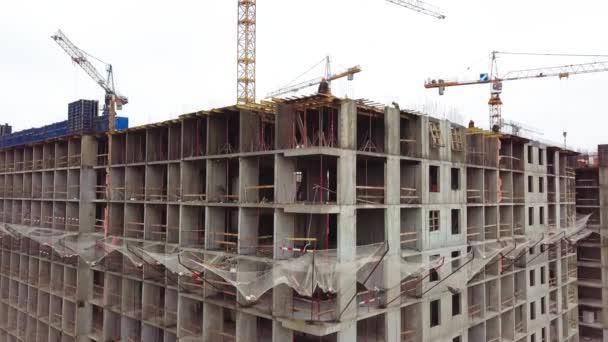 Výstavba obytných budov. Staveniště z výšky. Letecký pohled staveniště. Práce na speciálním vybavení. Letecký pohled na staveniště. Letecký pohled na budovy.