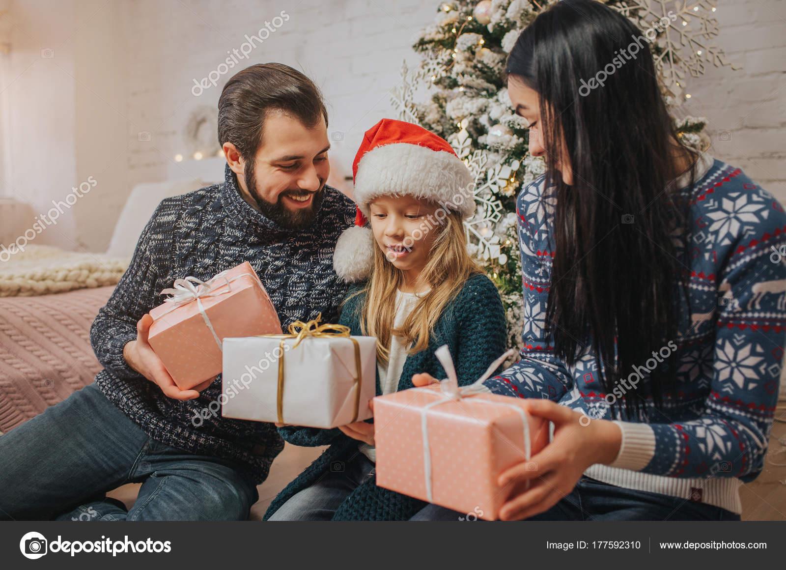 Frohe Weihnachten und Happy Ferien fröhlich Mutter, Vater und ihre ...