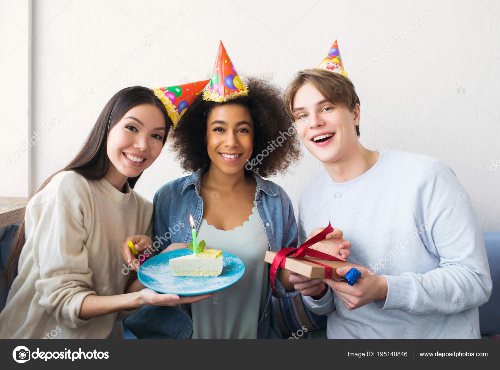 Фото девушка и его друзья