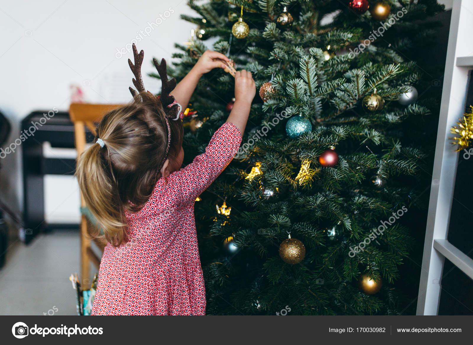 Mädchen in lustige Weihnachten Geweih — Stockfoto © Iatanni #170030982