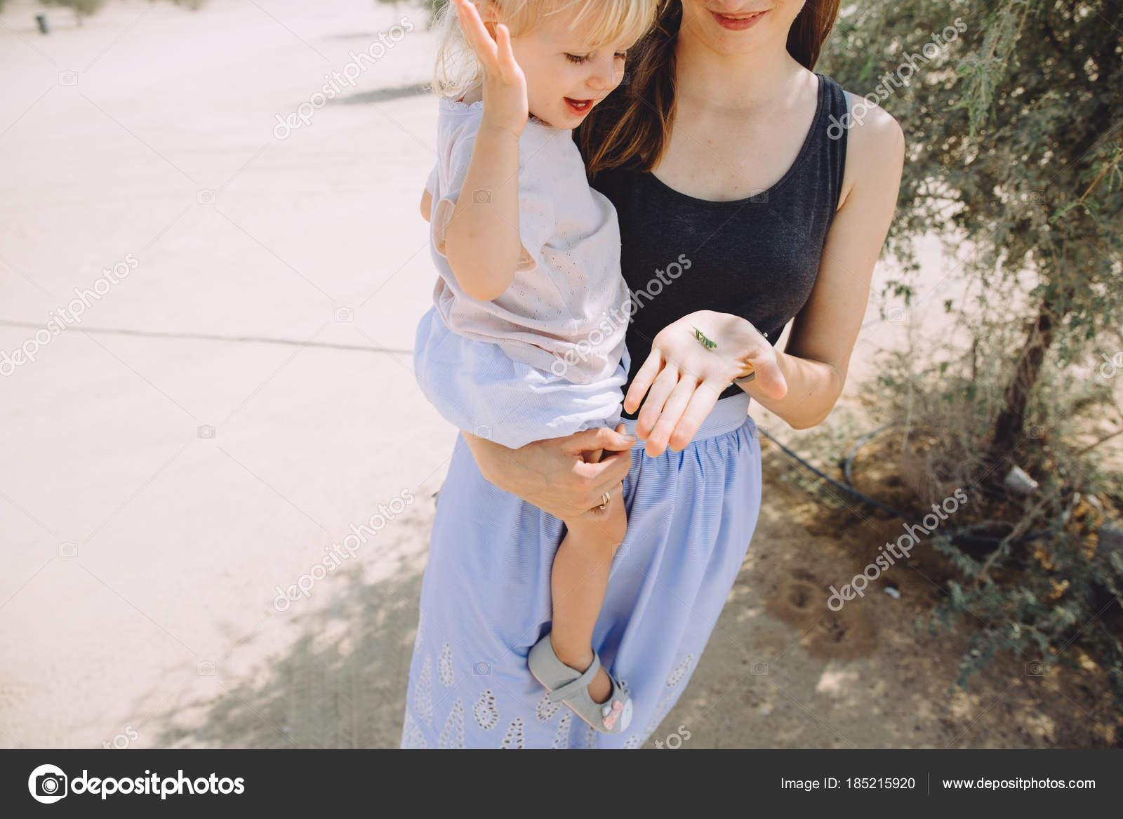 Поставили дочку раком, Поставили раком и трахают дочь и маму 26 фотография
