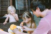 roztomilé sestřičky a jejich otec jíst mango
