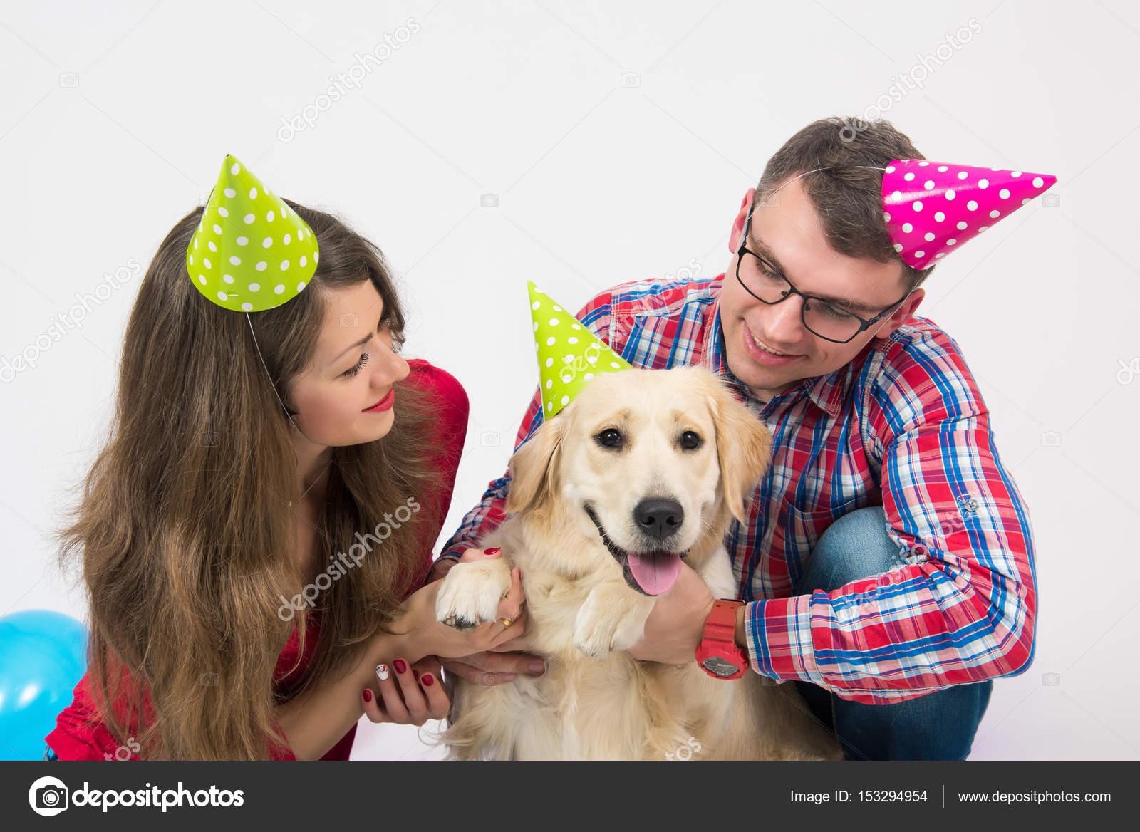 Cane Di Buon Compleanno Con La Gente Su Bianco Foto Stock