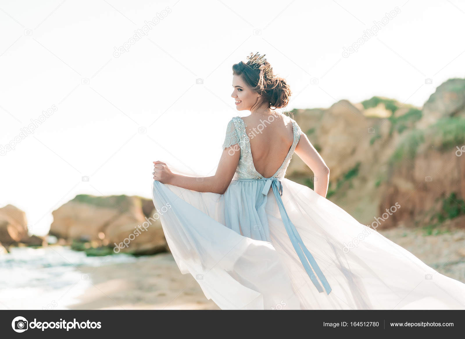 Beautiful bride outdoors. Wedding hairstyle and make up. — Stock ...