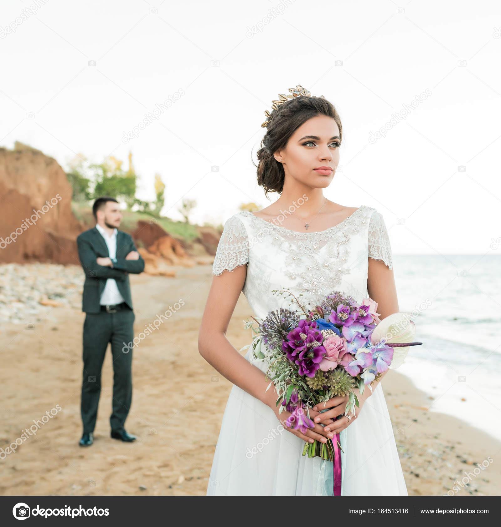 Hochzeit paar, in der Nähe von Bräutigam und Braut im Hochzeitskleid ...