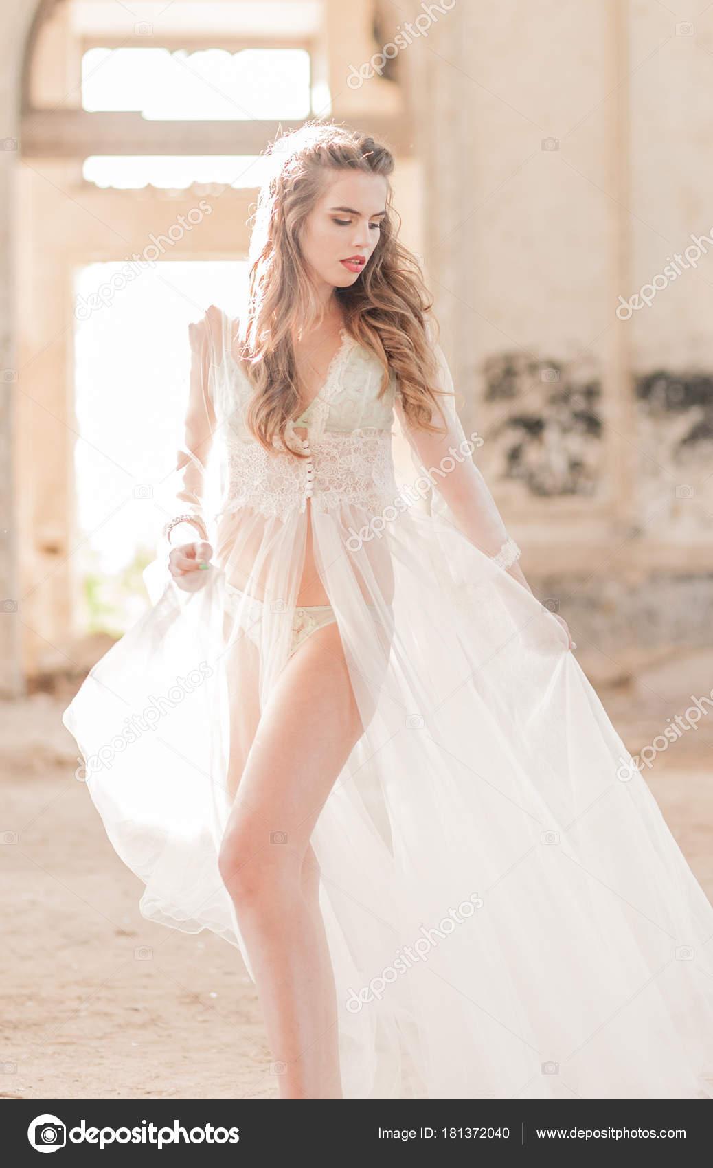 Módní sexy bruneta žena v budoáru krajkové šaty se šperky. Nevěsty ráno.  Svatba výtvarného umění. Krásná dáma s dlouhé kudrnaté vlasy svatební účes  a ... e6ffbfbebe