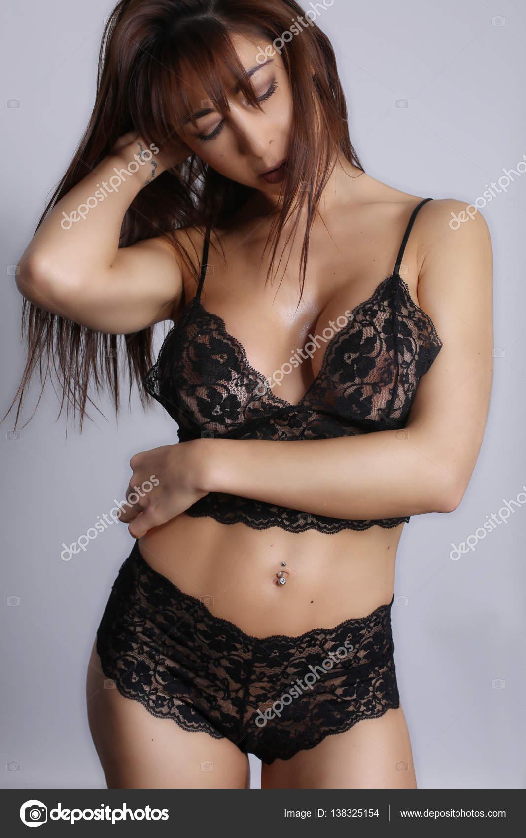 Сексуальная брюнетка с сексуальным телом